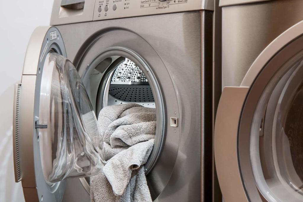 Waschmaschiene mit Kleidung